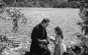 The creature meets the innocent girl... © Universal Pictures